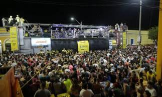 ARACATI, CE, BRASIL, 23-02-2020: Foliões acompanham trios elétricos, na avenida principal da cidade de Aracati. Carnaval no Ceará. (Foto: Júlio Caesar / O POVO)