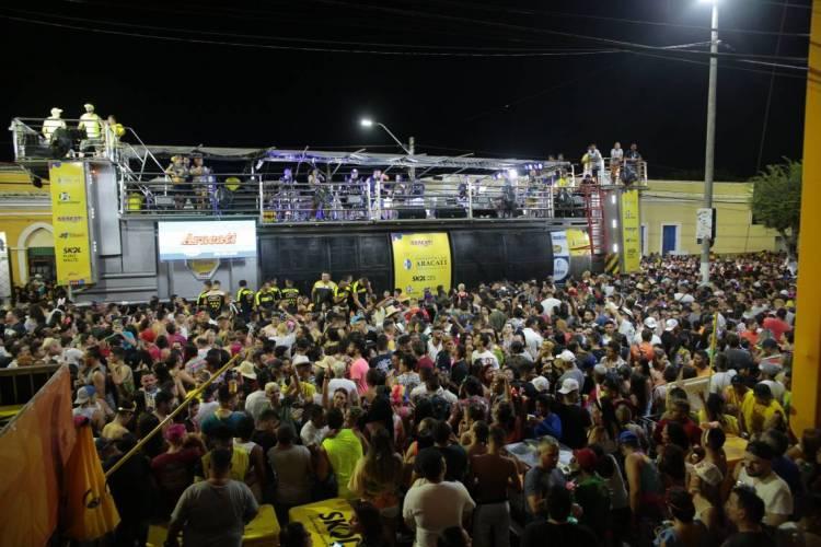 Multidão acompanha os trios no Carnaval de Aracati em 2020; em 2021, cena não se repetirá (Foto: JÚLIO CAESAR/O POVO)