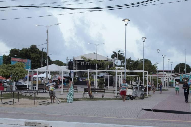 Beberibe tem comemorações com aglomeração e consumo de álcool proibidos até segunda, 16, por conta das eleições de 2020. Na foto, praça central de Beberibe no carnaval deste ano (Foto: JÚLIO CAESAR)