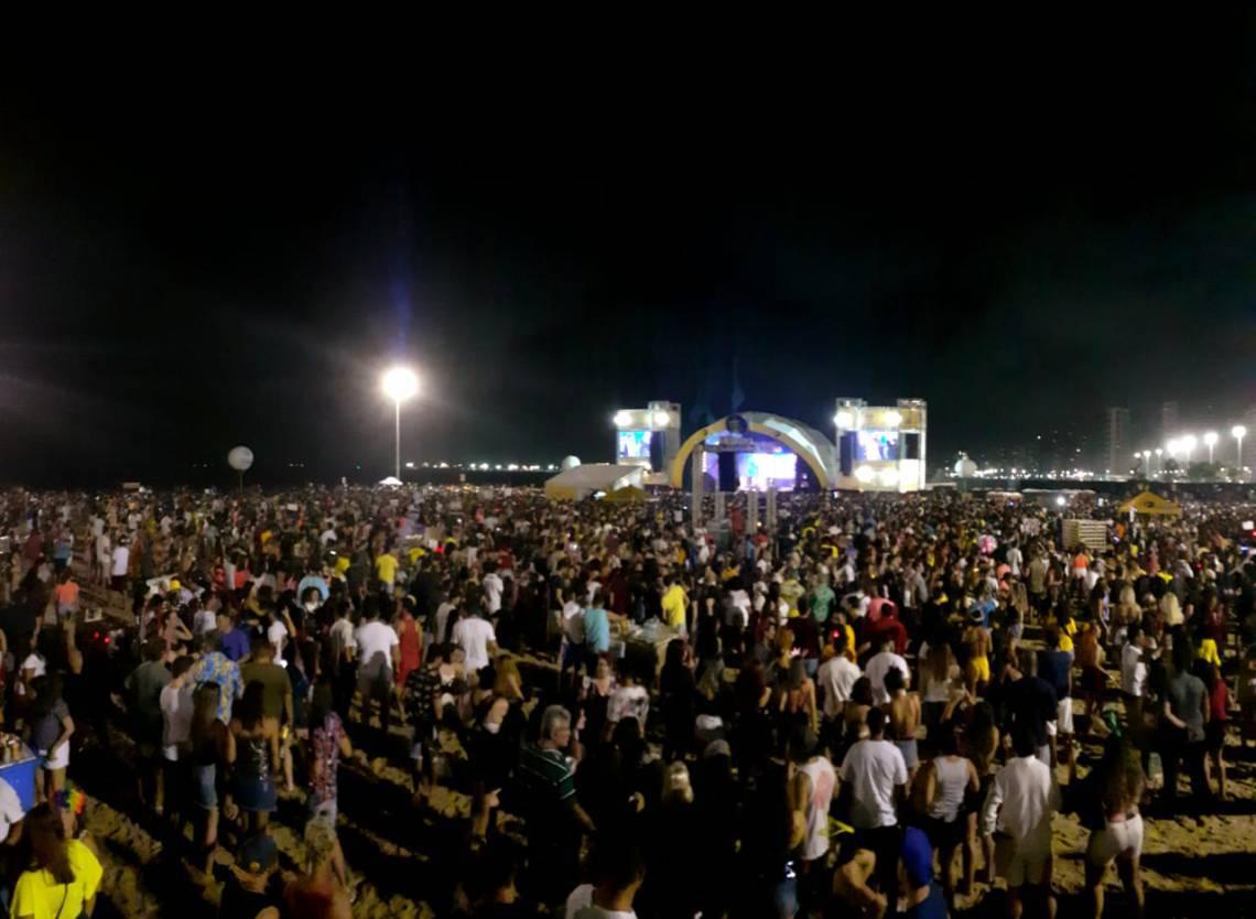 Público lota o Aterrinho da Praia de Iracema para a última noite de shows