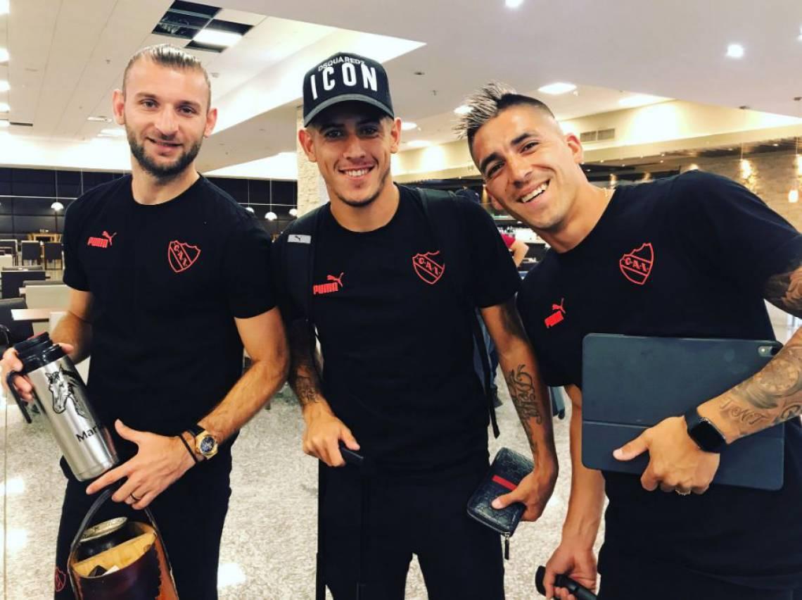 Jogadores Gastón Silva, Alan Franco e Leandro Fernández posam para foto antes do embarque rumo a Fortaleza