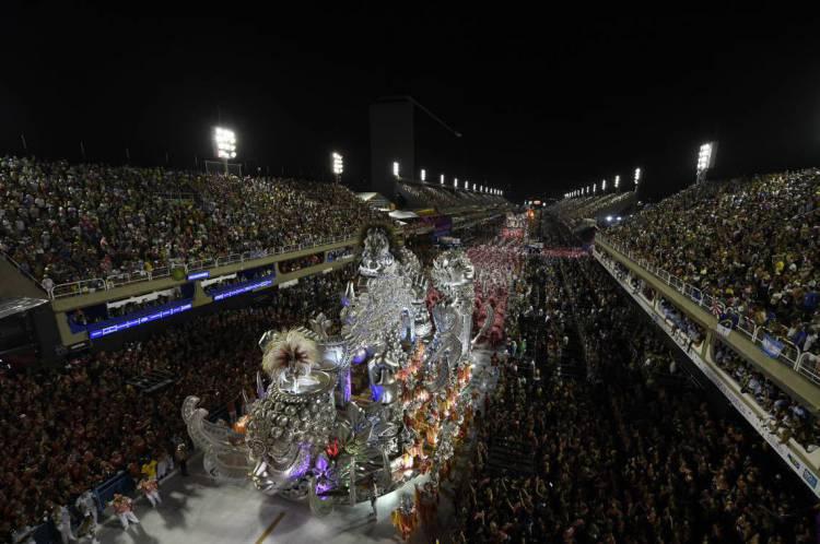 Legenda Membros da escola de samba de Viradouro se apresentam durante a primeira noite do desfile de carnaval do Rio no Sambódromo, no Rio de Janeiro, Brasil, em 23 de fevereiro de 2020. (Foto por MAURO PIMENTEL / AFP)