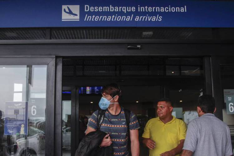 Movimentação de passageiros e funcionários no aeroporto internacional de Fortaleza usando máscaras por prevenção ao coronavírus.