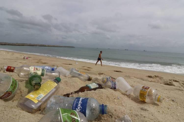 Restos de garrafas e plásticos no Aterrinho da Praia de Iracema.