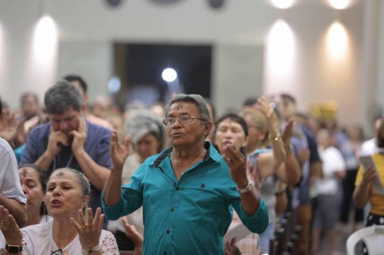 """Uma recomendação é evitar os abraços no momento da """"Paz de Cristo"""", substituindo o gesto por uma leve inclinação de cabeça."""