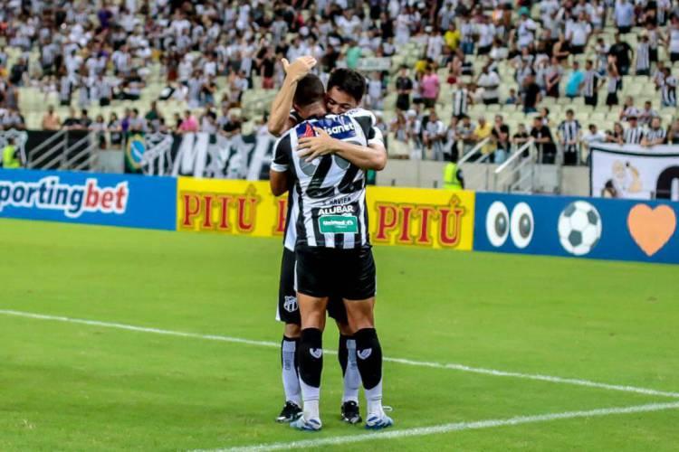 Samuel Xavier comemora o segundo gol da partida, após receber passe de Felipe Baxola.  (Foto: Aurélio Alves/O POVO)