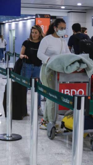 Movimentação de voos internacionais e domésticos após confirmação de caso de coronavírus no Brasil. Em destaque, pessoas com malas e máscaras no Aeroporto Internacional de Fortaleza. Aeroporto, Fortaleza.