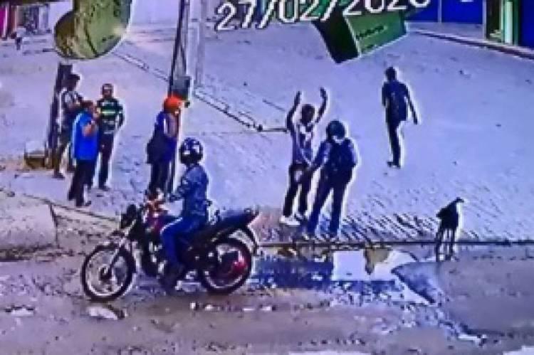Vídeos de câmeras de segurança que foram divulgados em redes sociais mostram uma série de roubos que foram cometidos por dois homens no bairro Pedras
