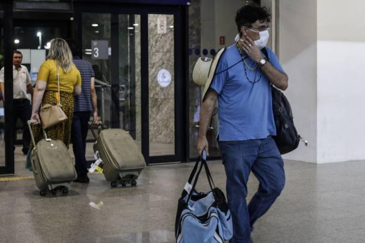 Movimentação de voos internacionais e domésticos após confirmação de caso de coronavírus no Brasil. Em destaque, pessoas com malas e máscaras no Aeroporto Internacional de Fortaleza (Foto: BÁRBARA MOIRA)