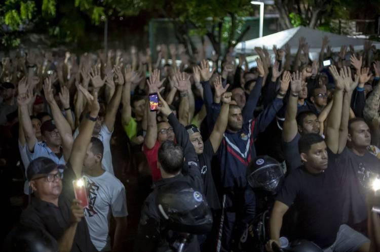 Uma das negociações registradas no 18o Batalhão da Policia Militar. (Foto: Aurelio Alves/O POVO).