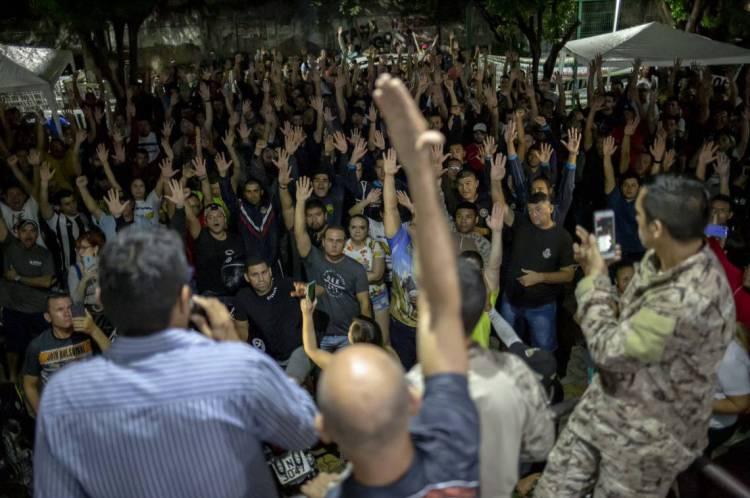Policiais amotinados decidiram em assembleia não aceitar proposta provisória do governo; nova reunião acontecerá nesta sexta-feira, 28