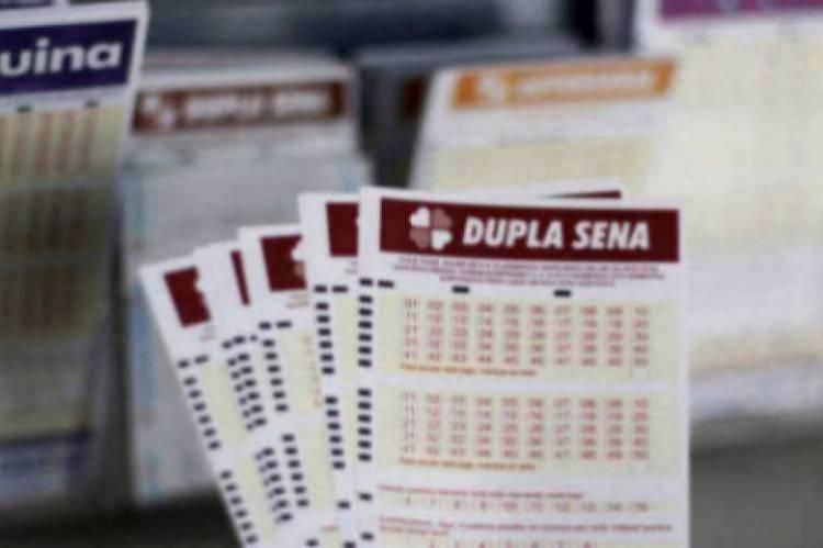 O resultado da Dupla-Sena Concurso 2056 será divulgado na noite de hoje, 29. O valor do prêmio está estimado em R$ 5.7 milhões