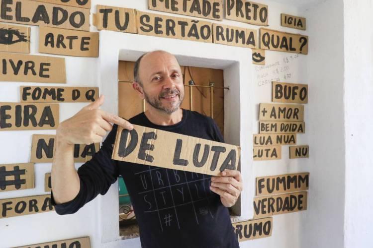 O ator, comediante e dramaturgo Carri Costa, proprietário do Teatro da Praia, fala sobre como o bom humor moleque, genuinamente cearense, não está desconectado da realidade (Foto: DEÍSA GARCÊZ/Especial para O POVO)