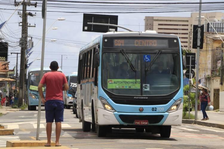 A Etufor afirmou que ainda não ha previsão de restrição e que a limpeza dos ônibus é feita diariamente pelas empresas. (Foto: MAURI MELO/O POVO)