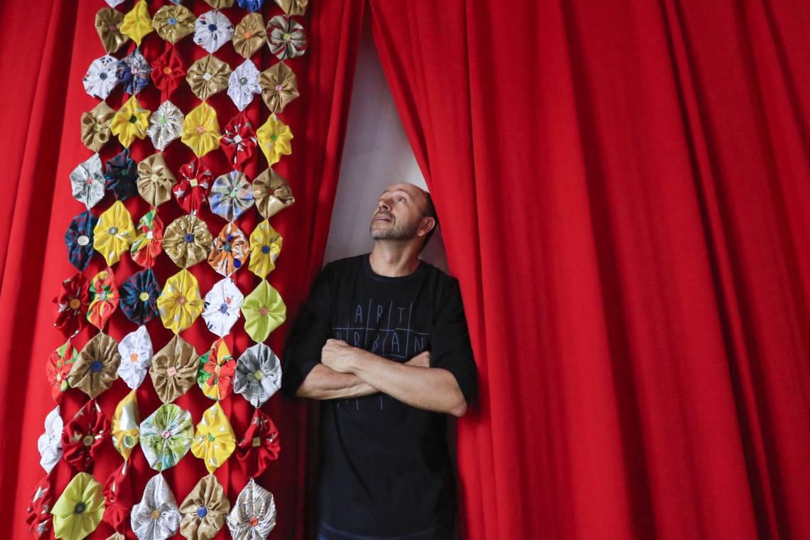 Atuante na cena teatral de Fortaleza há mais de 20 anos, Carri Costa atuou em peças, filmes e séries, como a produção