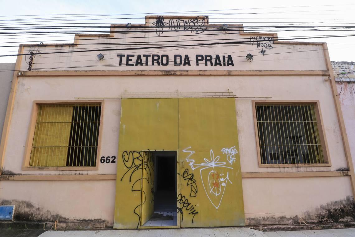 Teatro da Praia recebe espetáculos de sátira, musicais e comédia. Em 2020, sofreu risco de despejo