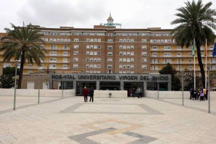 Médicos do hospital Virgen del Rocío de Sevilla, na Espanha realizaram um tratamento experimental contra o coronavírus (Foto: JOSÉ MANUEL PÉREZ CABO)