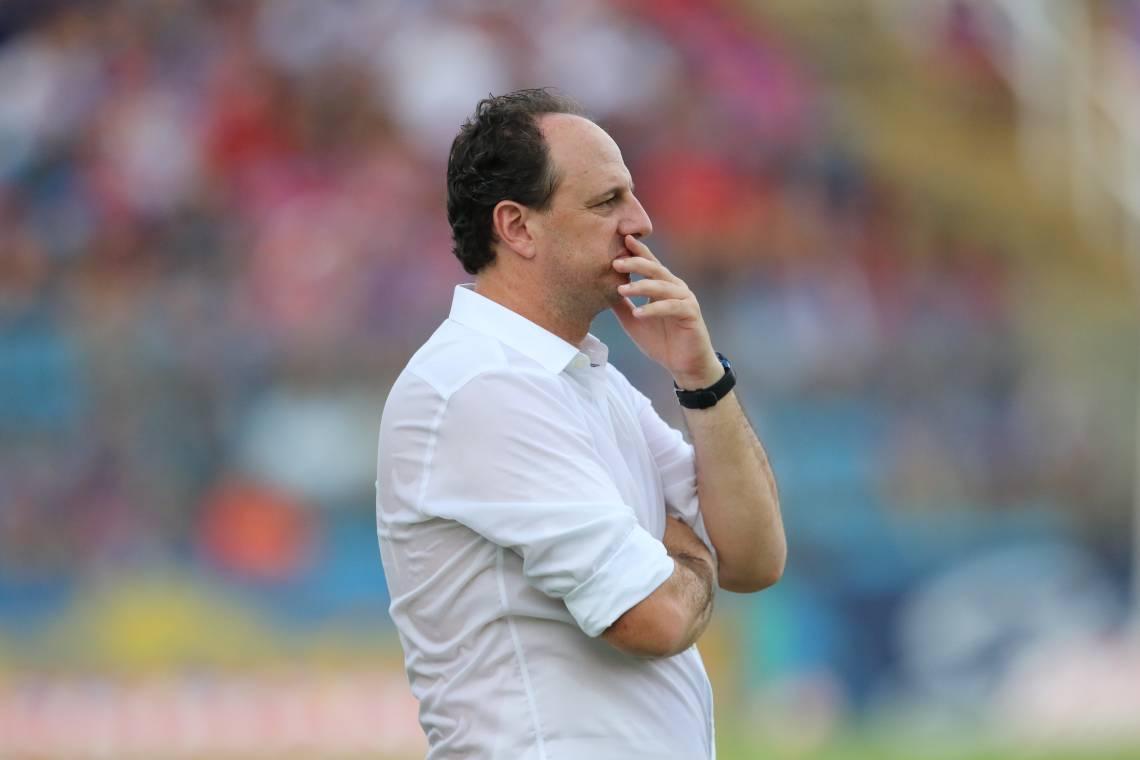 Rogério Ceni tem abordado os jogadores por telefone para saber como eles estão em meio ao isolamento social