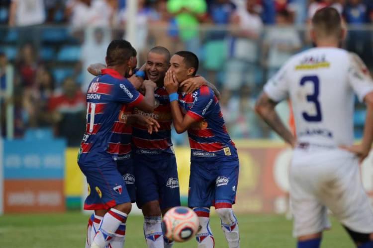 Jogadores do Fortaleza comemoram no Presidente Vargas (Foto: Fábio Lima / O POVO)
