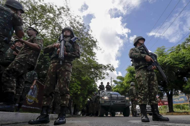 TROPA do Exército nas ruas de Fortaleza