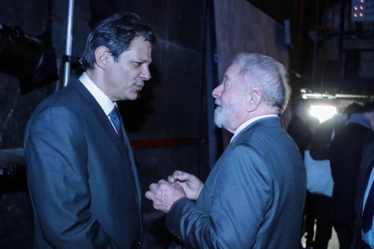 O ex-presidente Luiz Inácio Lula da Silva já teria dado o aval para a nova candidatura de Fernando Haddad (à esquerda) à presidência da República em 2022 (Foto: JOEL SAGET / AFP)