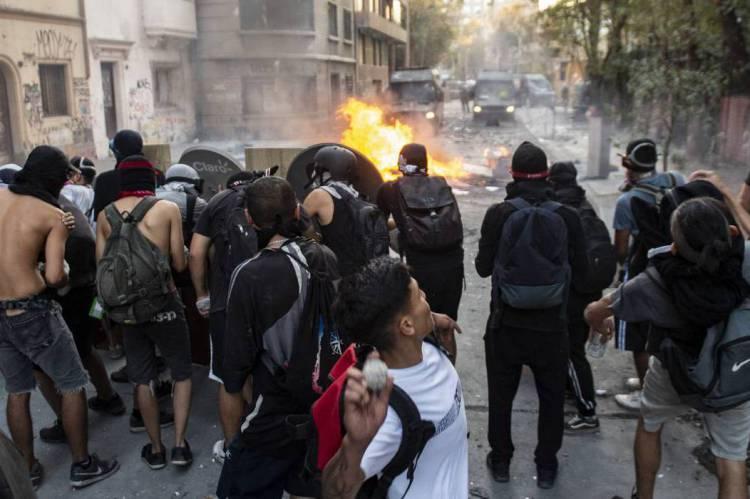 Manifestantes entram em conflito com a polícia durante um protesto contra o governo do presidente chileno, Sebastian Pinera, em Santiago