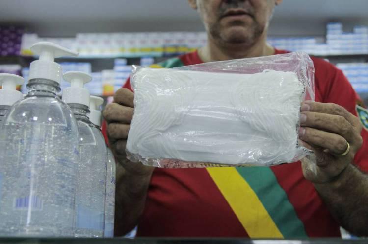 Venda de álcool em gel e máscaras cirúrgicas nas farmácias disparam em Fortaleza em virtude do coronavírus. (Foto: Beatriz Boblitz/ O POVO)
