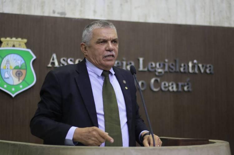 """Delegado Deputado Cavalcante:  """"Vai gerar um bocado de ação na Justiça. Pai, professor, dono de colégio, porque está gerando uma confusão na sociedade"""""""
