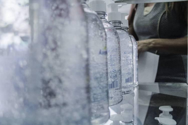 COMERCIALIZAÇÃO de álcool em gel e máscaras cirúrgicas aumenta (Foto: Beatriz Boblitz)