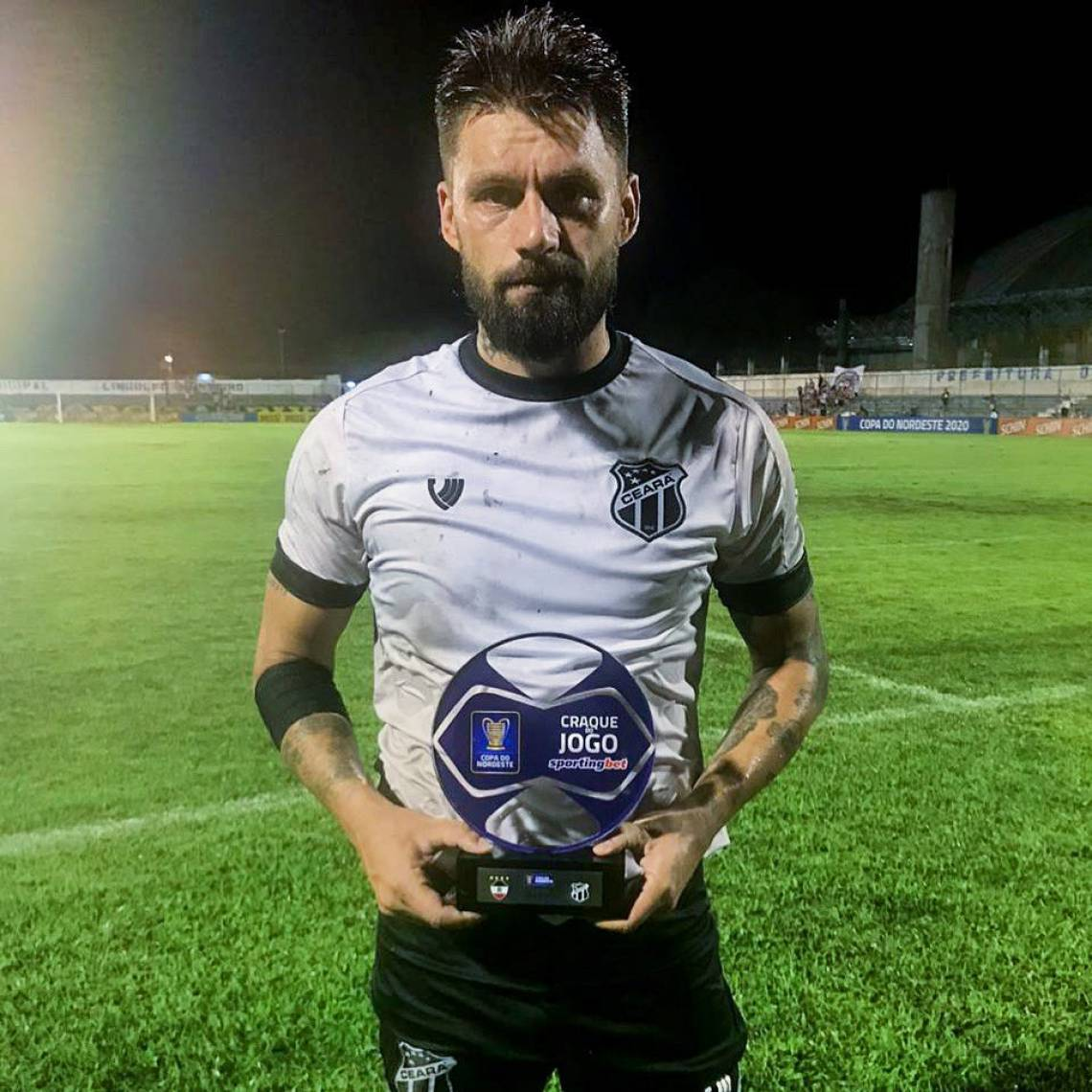 Sobis recebeu o troféu de melhor da partida.