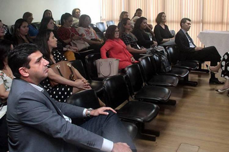 Estiveram presentes na reunião profissionais do sistema judicial da área da Infância e da Juventude e das unidades acolhedoras, entre juízes, defensores públicos, servidores e coordenadores das instituições