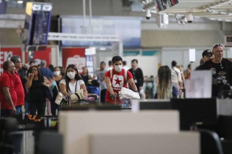 Viajantes circulam de máscaras pelos aeroportos do País para evitar o coronavírus