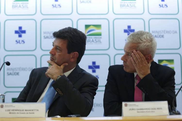 Ministro da Saúde, Luiz Henrique Mandetta (esq.), e secretário-executivo do Ministério da Saúde, João Gabbardo dos Reis, durante coletiva de imprensa sobre atualização do coronavírus (Foto: WALLACE MARTINS / Agência Estado)