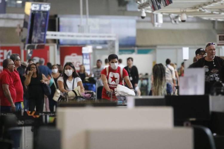 Viajantes circulam de máscaras pelos aeroportos do País para evitar o coronavírus (Foto: Fernando Frazão/Agência Brasil)