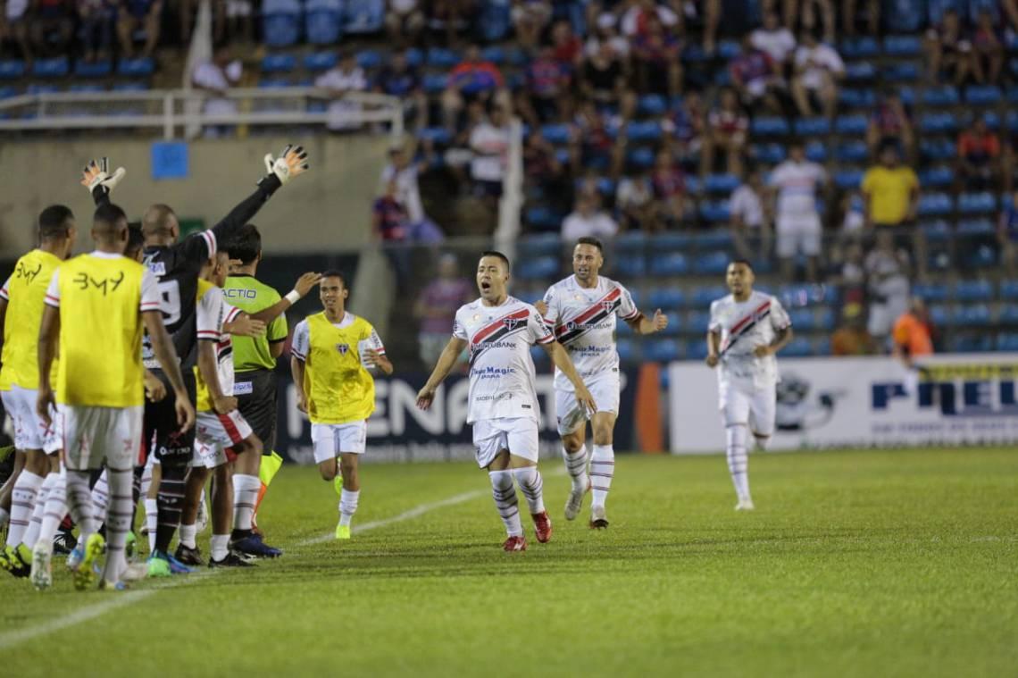 Jogadores do Ferroviário celebram o gol contra, logo no primeiro minuto de jogo.