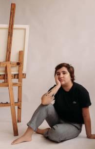 Azuhli é o anagrama de Luiza Veras, artista plástica natural de Fortaleza.
