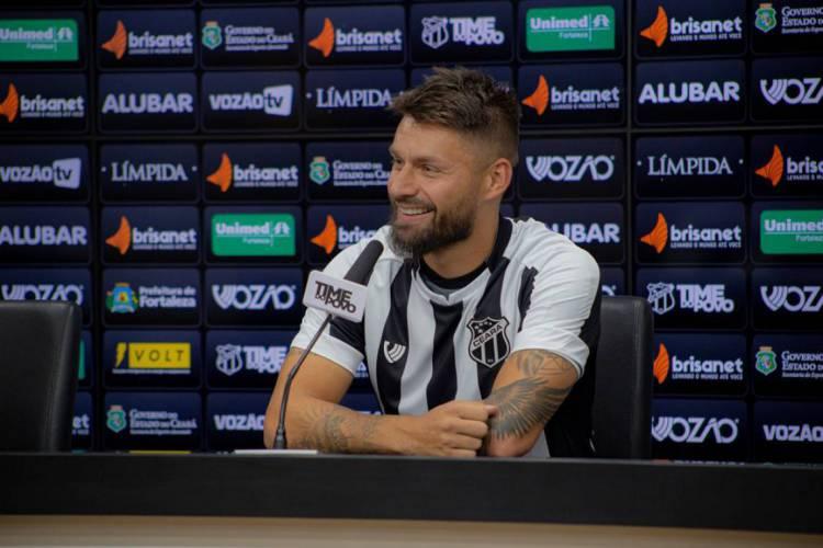 Sobis durante entrevista coletiva em Porangabuçu.  (Foto: Wilton Hoots/cearasc.com)