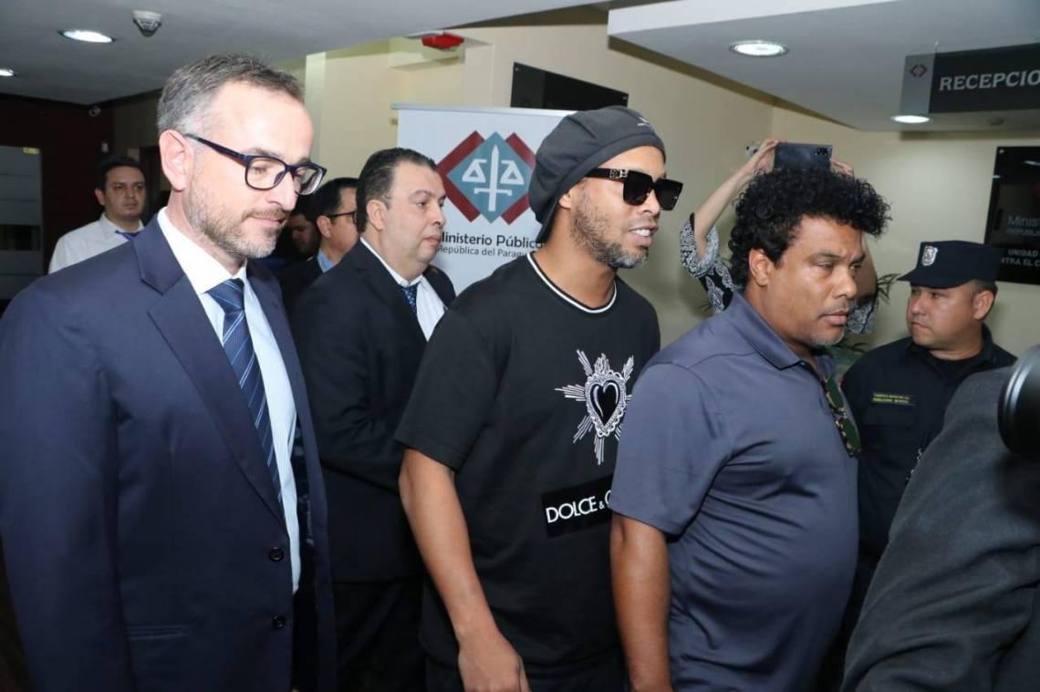 Ronaldinho prestou depoimento à unidade Contra o Crime Organizado do Ministério Público paraguaio.