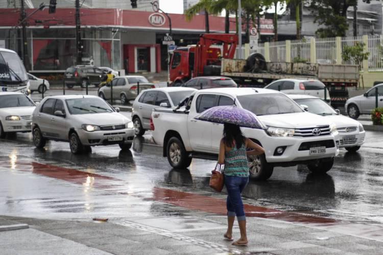 Chuva na manhã de sábado em Fortaleza (Foto: DEÍSA GARCÊZ/Especial para O POVO)