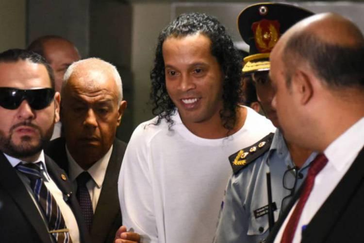 Ronaldinho Gaúcho está preso no Paraguai desde o dia 6 de março (Foto: NORBERTO DUARTE / AFP)