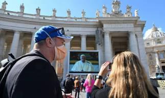 VATICANO,ROMA,08-03-2020: Papa Francisco celebra missa por telão por conta do COVID - 19 na Praça de São Pedro. (Foto: Alberto PIZZOLI / AFP)