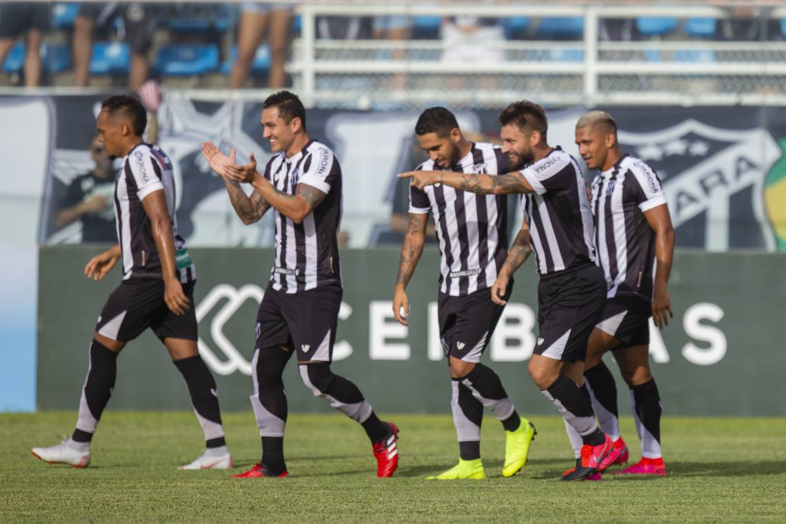 Jogadores do Ceará comemoram gol de Rafael Sobis
