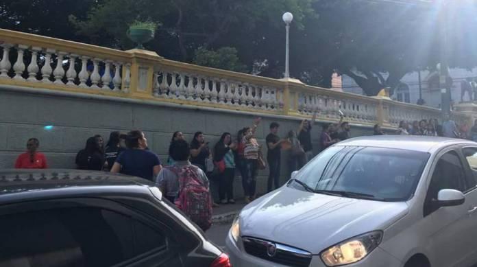 Pessoas se aglomeram para filmar o incêndio em prédio do Centro de Fortaleza
