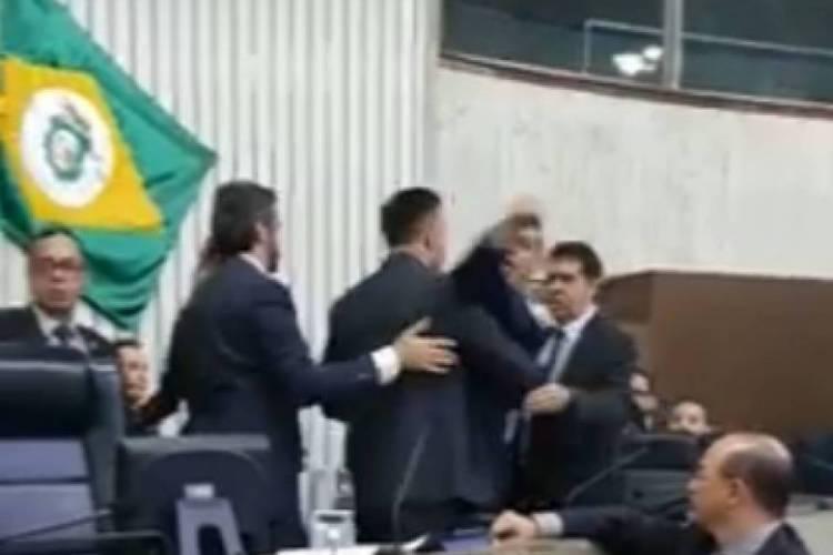 Deputados foram contidos por colegas e assessores (Foto: REPRODUÇÃO/VÍDEO)