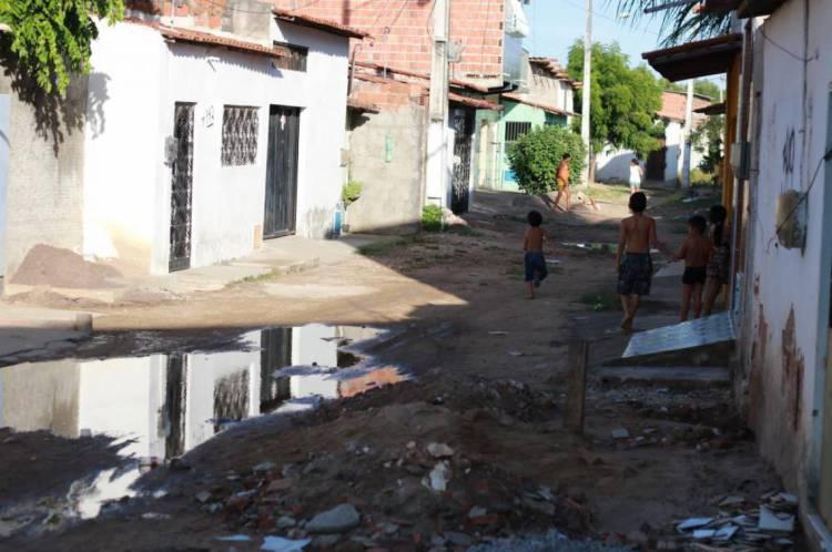 Esgoto à céu aberto na rua Zumbi dos Palmares, no Conjunto São Migue, em Caucaia