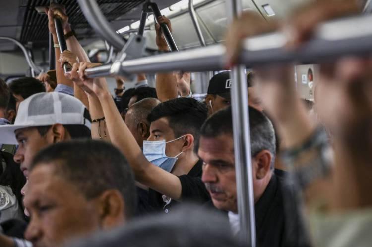 Colombia, 11 de março de 2020, Um homem usa uma máscara protetora como medida preventiva contra a propagação do novo Coronavírus, COVID-19, em Medellín, Colômbia. A Organização Mundial da Saúde (OMS) declarou o Coronavírus uma pandemia com 118.000 casos em cerca de 120 países e 4000 mortes. (Foto de JOAQUIN SARMIENTO / AFP)