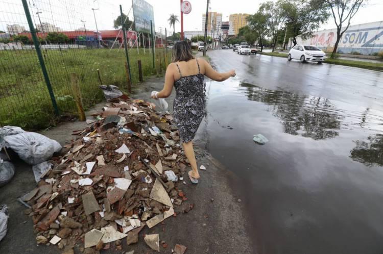FORTALEZA, CE, BRASIL, 11-03-2020: Avenida José Bastos, na Parangaba. Pontos alagados em alguns trechos das ruas e avenidas de Fortaleza. (Foto: Mauri Melo/O POVO).