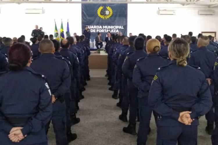 Os 82 novos servidores Guarda Municipal de Fortaleza (GMF) empossados em cerimônia realizada nesta quarta-feira, 11, foram concursados em 2015 e atuarão nas Células de Proteção Comunitária do Programa Municipal de Proteção Urbana (PMPU) em oito bairros de Fortaleza