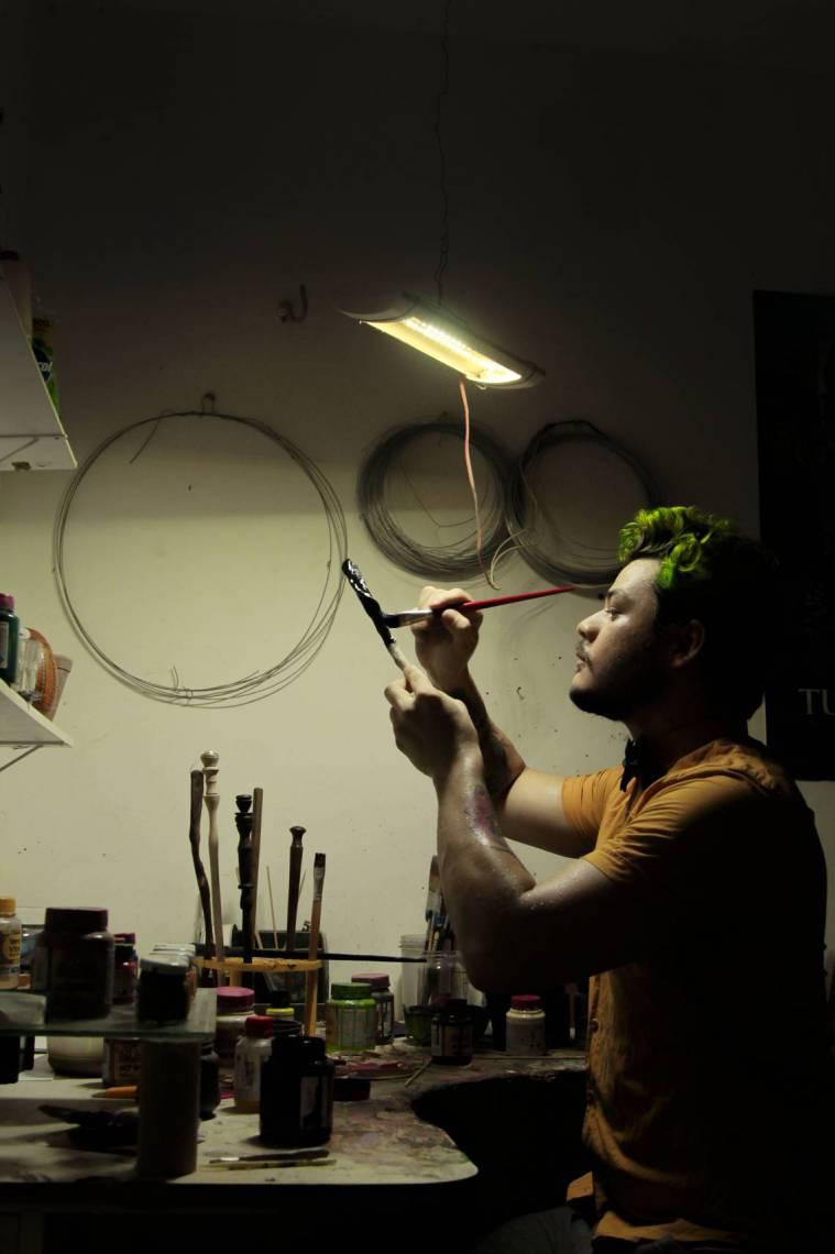 Hyago Viana em seu ateliê de varinhas do universo bruxo (Foto: Beatriz Boblitz/ O POVO)