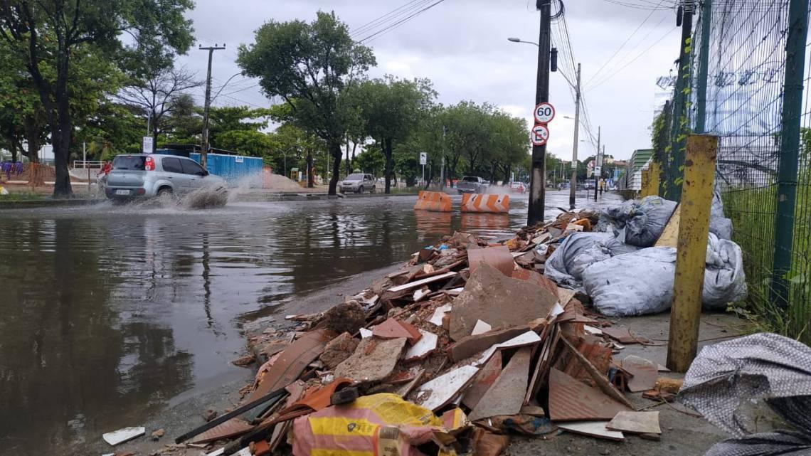 Lixos e entulhos se misturaram à água da chuva na avenida Américo Barreira com rua Mozart Firmeza